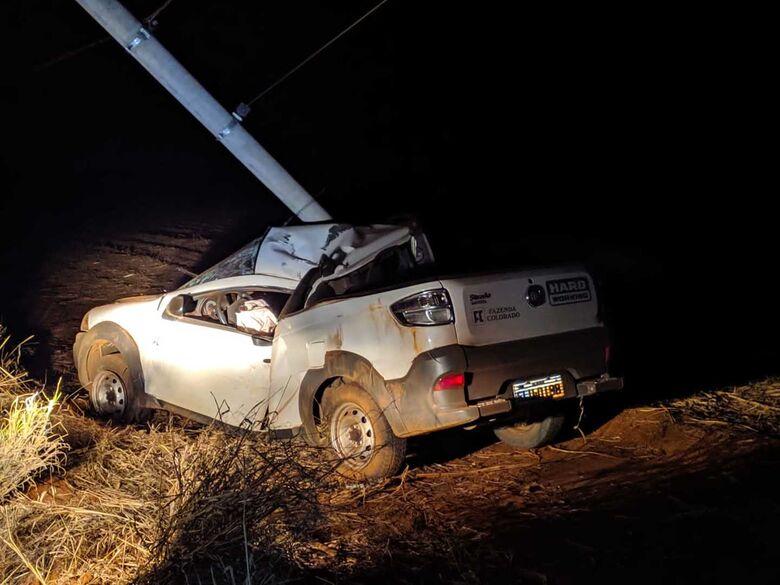Carro bate em poste na estrada que liga Santa Eudoxia a Água Vermelha - Crédito: Maycon Maximino