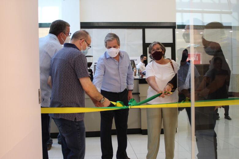 O presidente da associação José Fernando Domingues e membros da diretoria desfizeram o laço inaugural - Crédito: Divulgação