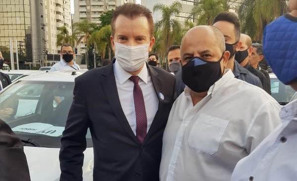 Russomanno com o assessor do vereador Malabim: Emenda do deputado destina veículo para Procon de São Carlos - Crédito: Divulgação
