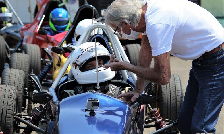 O piloto Gérson Zarpelão recebe instruções de Wilson Fittipaldi Júnior e vence as duas provas na 4ª etapa da Copa ECPA/FPromo Racing, em Piracicaba - Crédito: Fernando Santos/Divulgação FVee
