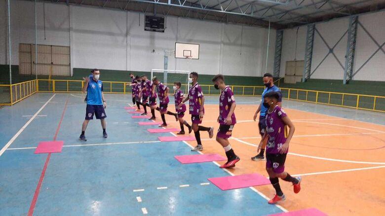 Atletas durante as atividades: preocupação no sentido de se evitar lesões - Crédito: Marcos Escrivani