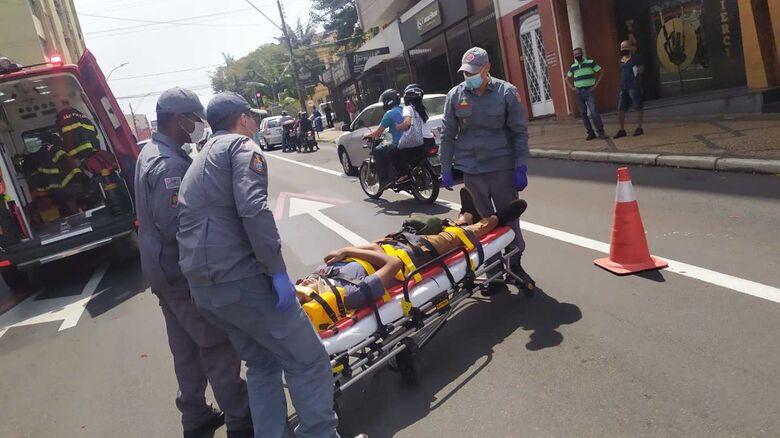 Motociclista durante o socorro dos integrantes do Corpo de Bombeiros - Crédito: Maycon Maximino