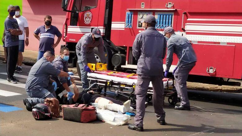 Mulher foi socorrida pela UR à Santa Casa com fraturas na tíbia e na fíbula - Crédito: Maycon Maximino