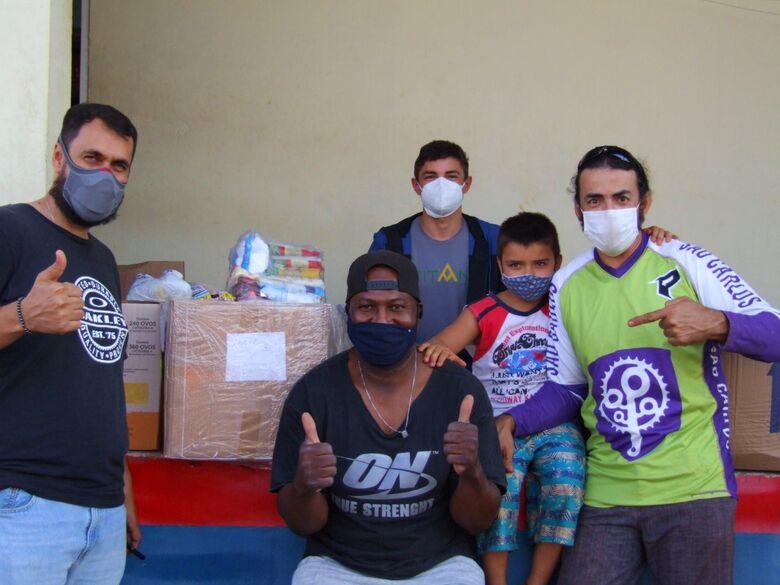 Depois de praticar qualidade de vida, a hora da solidariedade, com a doação de 150 quilos de alimentos não perecíveis - Crédito: Divulgação