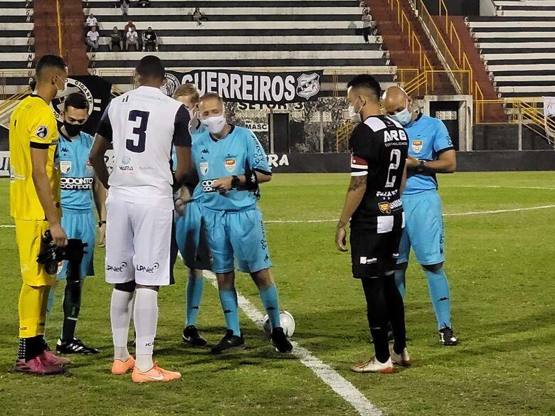 Antes do jogo, o árbitro e capitães definiram quem dava o toque inicial na partida - Crédito: Divulgação