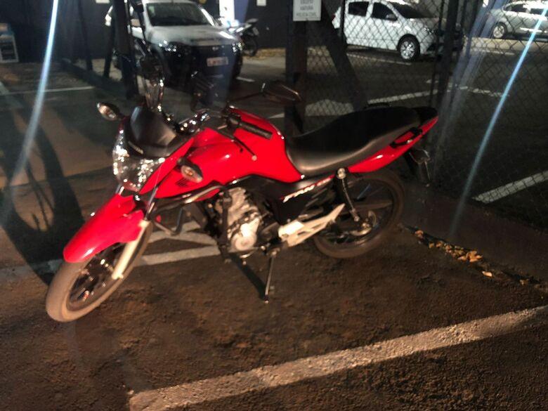 Ladrão de moto tenta fugir da polícia, mas leva queda e vai pra prisão -