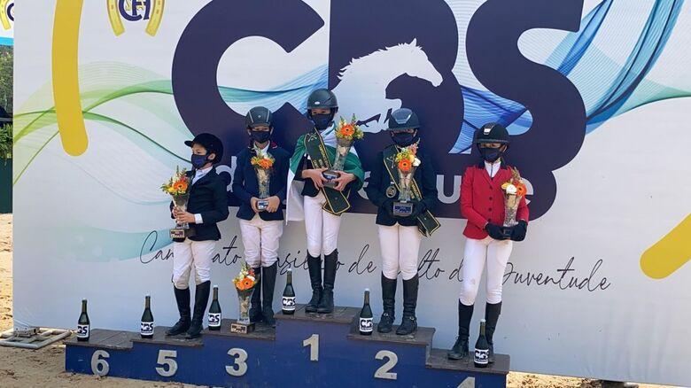 No pódio, Luiza comemora a conquista do vice-campeonato brasileiro - Crédito: Divulgação