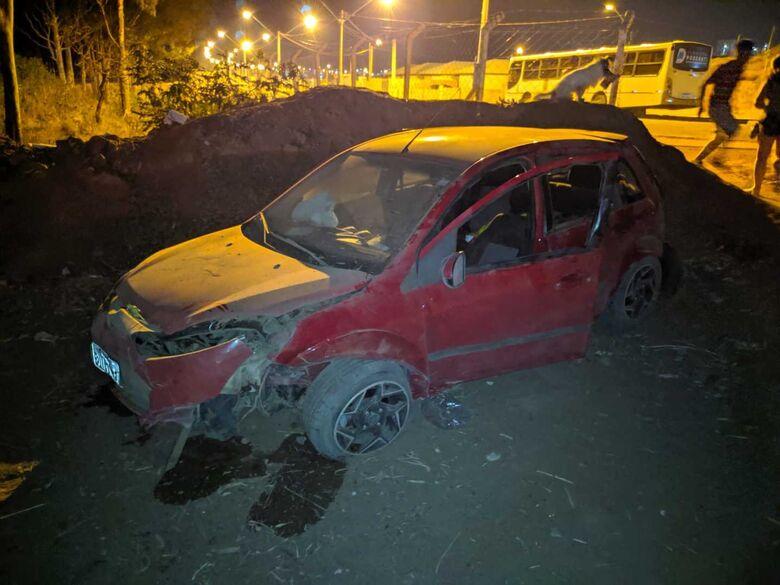Motorista fica em estado grave após bater em barranco e capotar na SP-215 - Crédito: Maycon Maximino