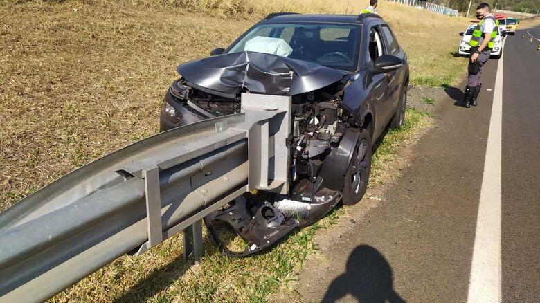 Veículo acertou em cheio o guardrail na SP-215: danos de grande monta - Crédito: Maycon Maximino