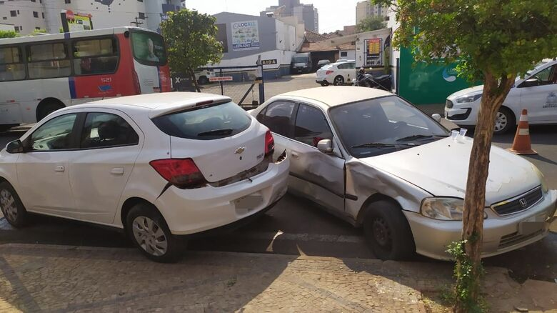 Acidente de trânsito resultou em danos em vários veículos - Crédito: Maycon Maximino