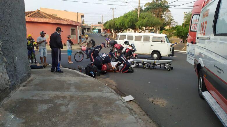 Uma das vítimas é socorrida pelo Samu - Crédito: Maycon Maximino