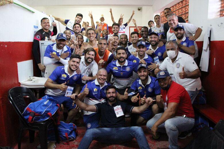 Jogadores comemoram a vitória e a vaga para a segunda fase - Crédito: Divulgação