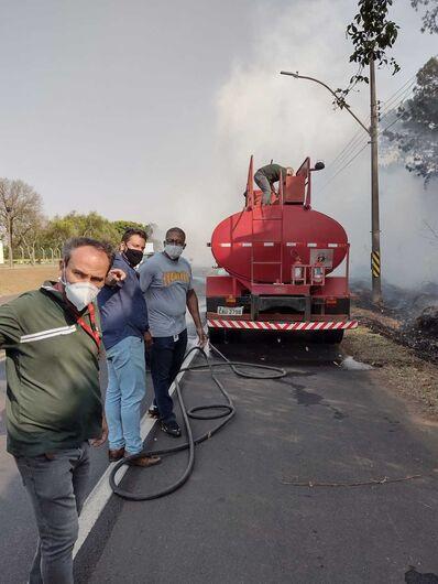 Pessoas trabalharam para controlar as chamas - Crédito: Divulgação
