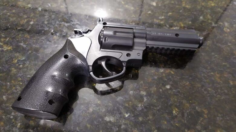 A arma utilizada pelo infrator durante o assalto a farmácia em Ibaté - Crédito: Maycon Maximino