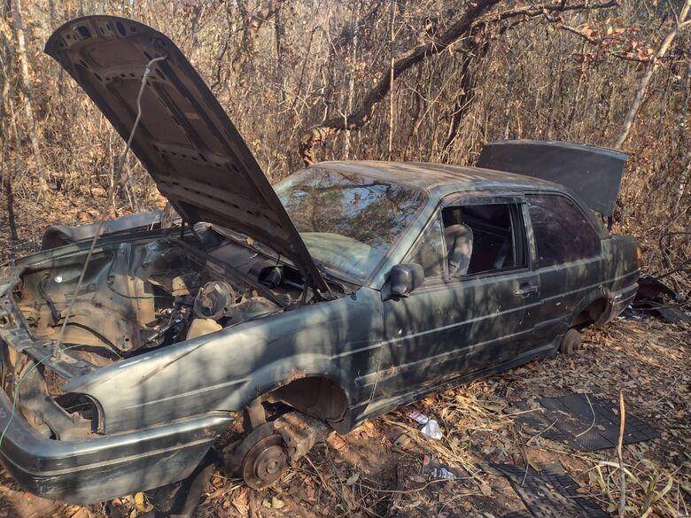 Santana é um dos veículos encontrados e que estava depenado - Crédito: Maycon Maximino