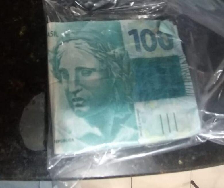 As notas falsas apreendidas pela polícia: sete cédulas de R$ 100 - Crédito: Maycon Maximino
