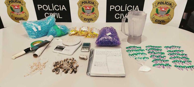 As drogas e os materiais utilizados por traficantes que foram apreendidos durante a operação policial - Crédito: Divulgação