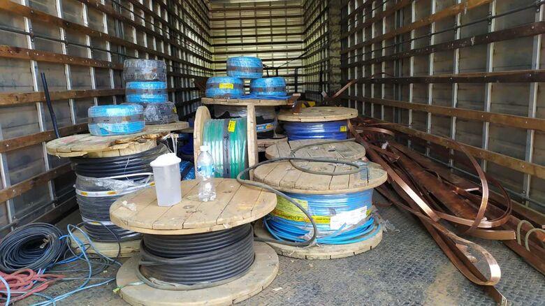 Bobinas, vergalhões e ferramentas elétricas foram recuperados pela PM - Crédito: Maycon Maximino