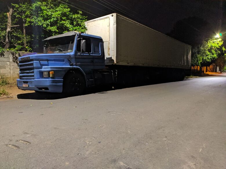 A carreta proveniente de Campo Mourão e que foi detida pela Polícia Rodoviária - Crédito: Maycon Maximino