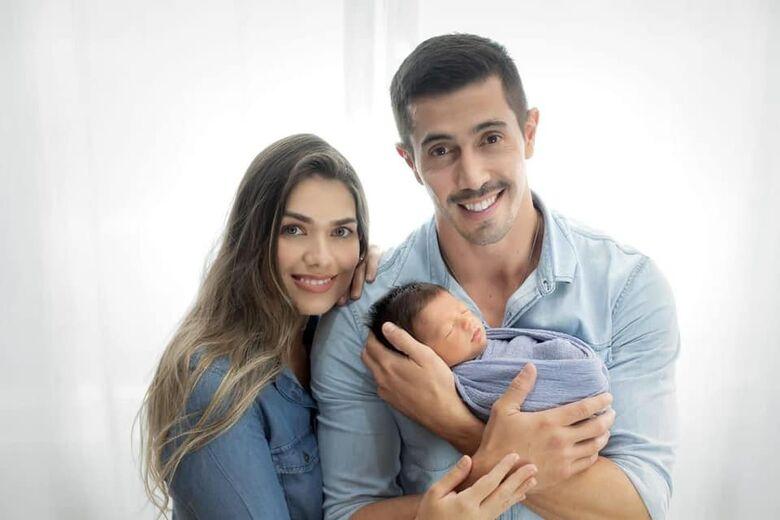 Cabo Wallace Valesi com esposa e filho de três meses - Crédito: arquivo pessoal