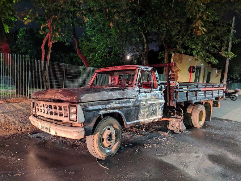 Caminhão é encontrado em chamas no Jardim Bicão - Crédito: Maycon Maximino