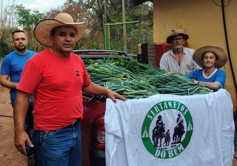 Mesmo diante da falta de chuvas, família continua com doações de verduras - Crédito: divulgação