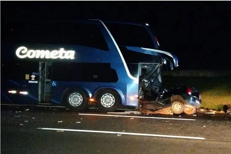 Carro invadiu contramão e bateu de frente com ônibus - Crédito: Veloz/Rápido no Ar