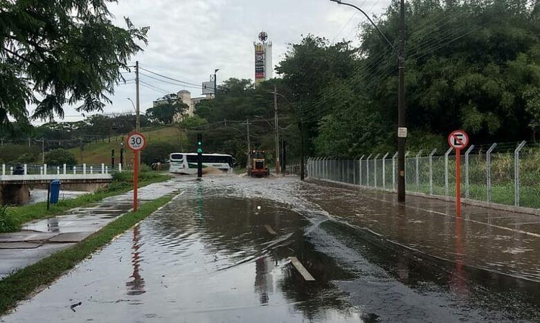 Córrego do Mineirinho transbordou - Crédito: Colaborador