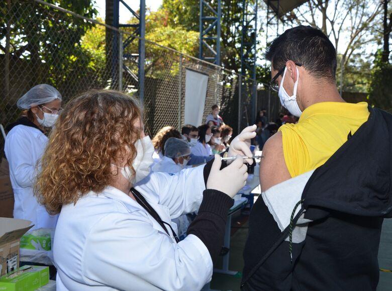 Homem recebe vacina contra Covid em São Carlos - Crédito: divulgação