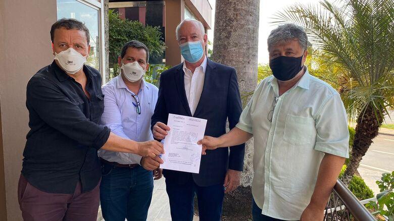 Políticos são-carlenses estiveram em Piracicaba solicitando liberação de recursos - Crédito: Divulgação