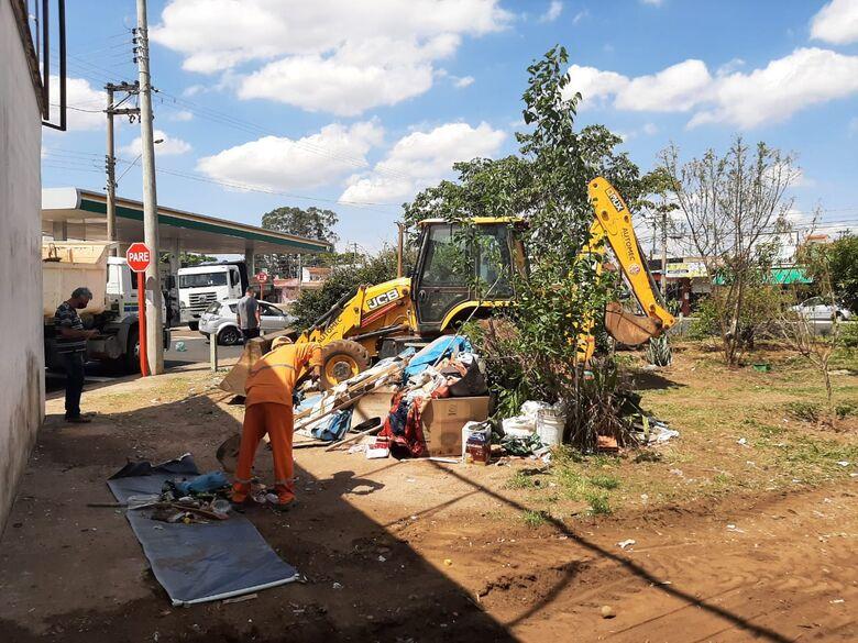 Serviços públicos realiza limpeza em áreas do Maria Stella Fagá -