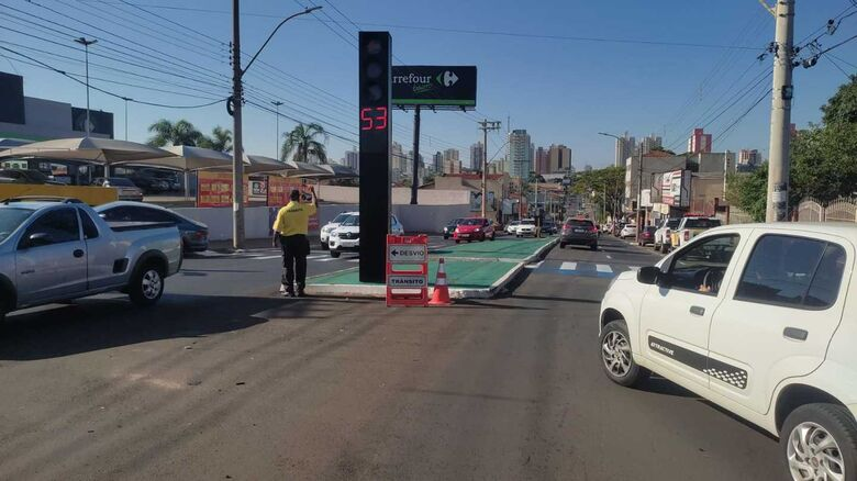 Obras emergenciais na Avenida São Carlos deixaram o trânsito lento - Crédito: Divulgação