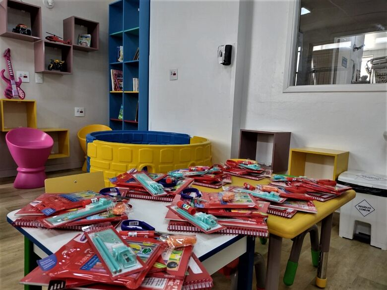Kits doados pela Faber-Castell foram entregues às crianças da Pediatria - Crédito: Assessoria Santa Casa