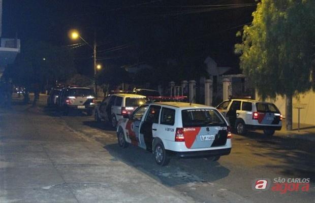 Viaturas em frente a casa onde supostamente teria acontecido o assalto -