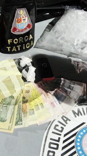 Droga, dinheiro e embalagens apreendidas pela Força Tática -
