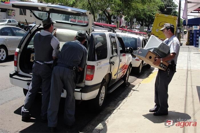Policiais transportam máquinas encontradas no imóvel -
