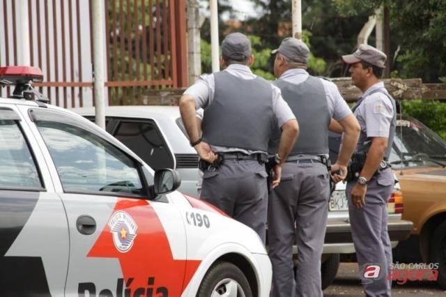 Policias cercam o bairro em busca dos assaltantes. (Daniel Barreto/Araraquara.com) -