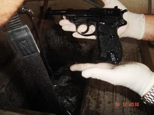 Pistola Walther que foi localizada em um tanqute dentro da empresa -