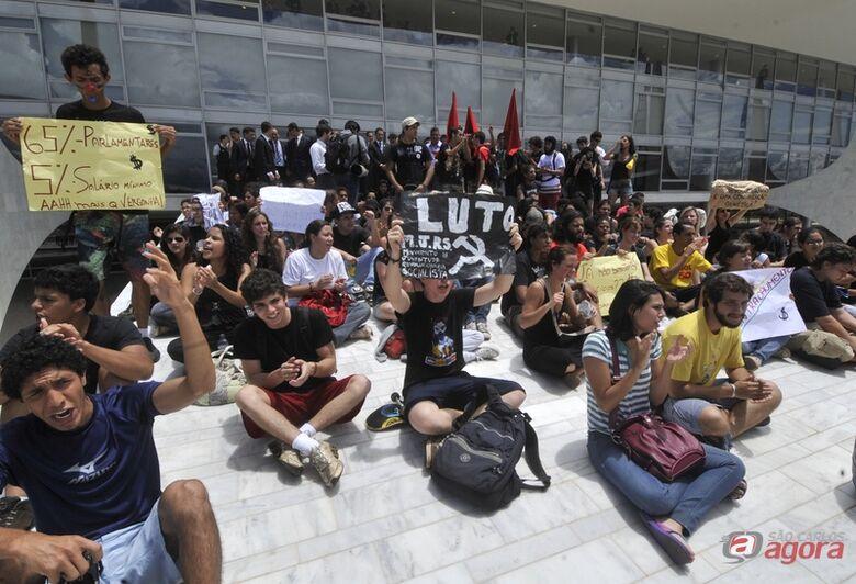 Brasília - Estudantes fazem manifestação na rampa do Palácio do Planalto contra o reajuste salarial dos parlamentares (José Cruz/ABr) -