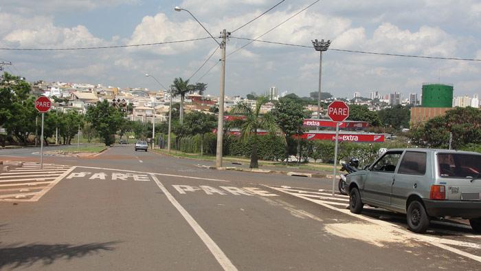A colisão entre um Uno de Ibaté e uma moto deixou uma pessoa levemente ferida na tarde desta quinta-feira, perto do shopping Iguatemi. O motorista do carro não respeitou o sinal de pare e acabou se -