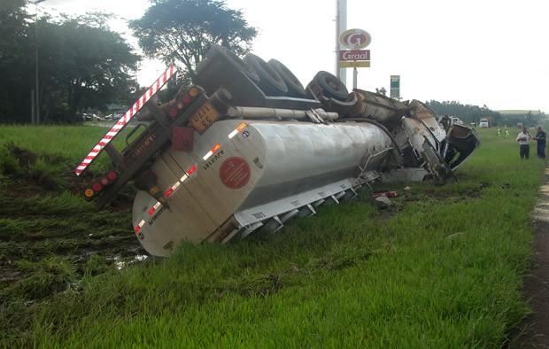 Caminhão carregado com álcool tombou no início da manhã de hoje na SP-310 -
