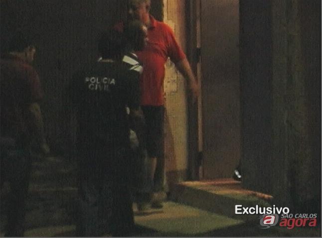 Acusado chega na carceragem do Plantão Policial (divulgação SCA na TV) -