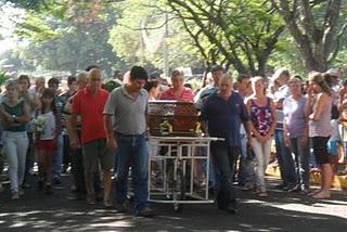 População de Dourado acompanhou sepultamento do ex-prefeito (foto: Marcel Rofeal) -
