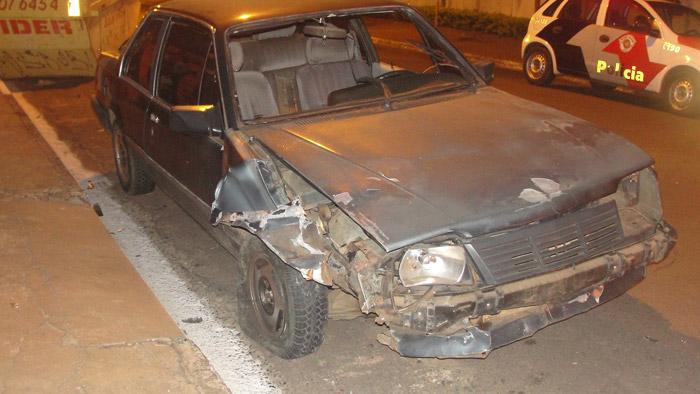 Um veículo Monza bateu em uma caçamba na noite desta quarta-feira (26) na região do Jardim São Paulo... -