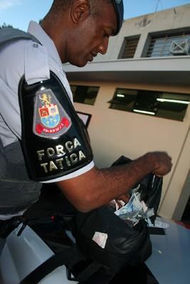 Polícia conta dinheiro roubado da padaria -