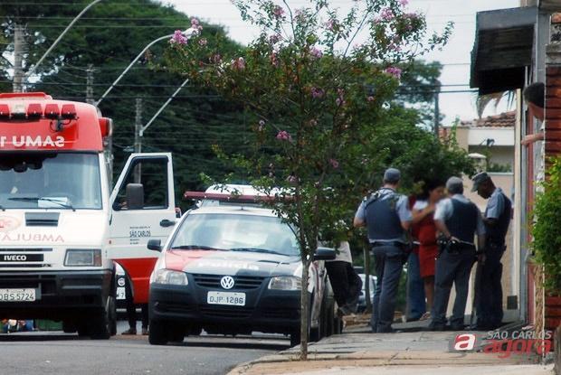 Policiais militares e equipe médica do Samu socorrem a vítima -
