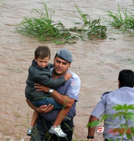 Policial militar retira criança que ficou presa no ônibus -