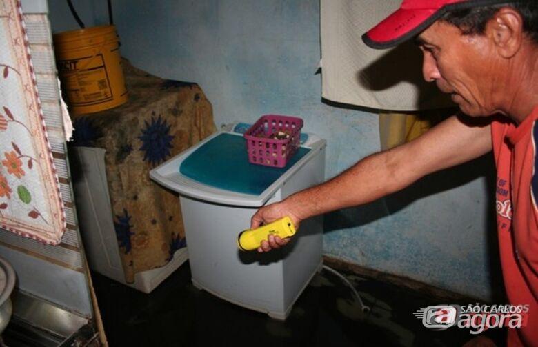 Morador aponta área de serviço inundada pelo esgoto -