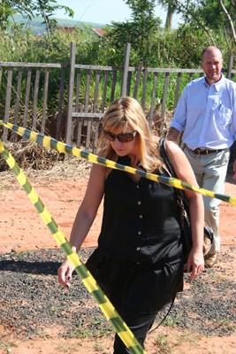 Delegada Denise Gobbi Szakal deixa a residência onde aconteceu a tragédia -