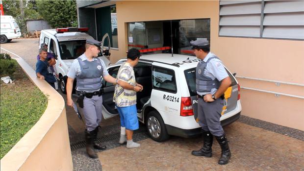 Um dos suspeitos deixa o hospital em Itirapina com destino a delegacia da cidade -